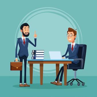 Empresario de pie y empresario sentado en el escritorio de la oficina