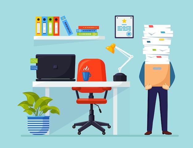 Empresario con pila de documentos en cartón