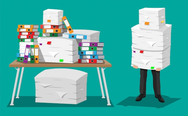 Empresario en pila de papeles de oficina