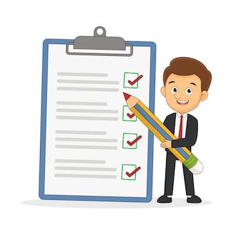 Empresario positivo con una lista de verificación de marcado de lápiz gigante en un papel de portapapeles