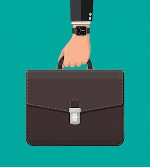 Empresario con reloj inteligente y maleta en mano