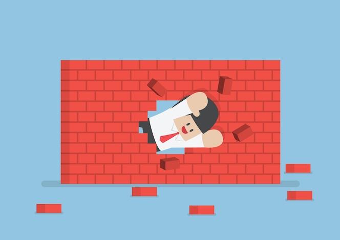 Empresario rompiendo la pared