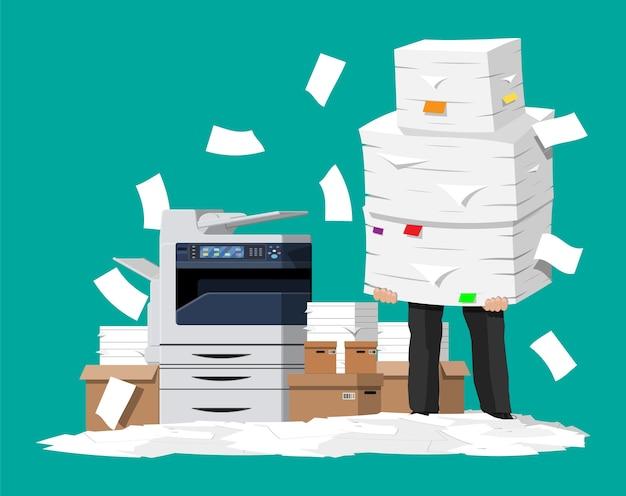 Empresario sosteniendo un montón de papeles en la oficina.
