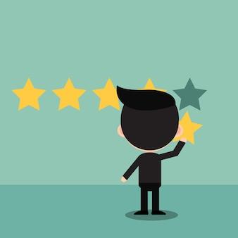 Empresario sosteniendo una estrella de oro en la mano