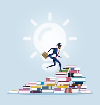 Empresario subiendo a la cima de las pilas de libros