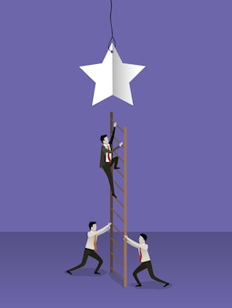 Empresario subir escaleras de madera para llegar a una estrella