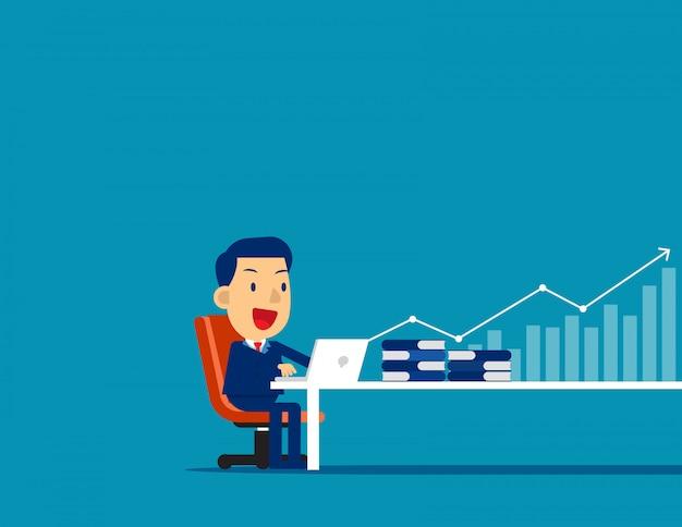 Empresario trabajando en computadora con flecha y gráfico