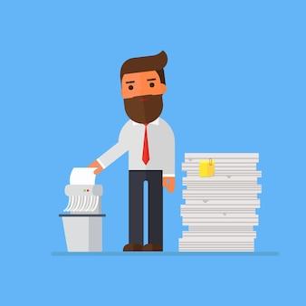 Empresario triturando archivos viejos