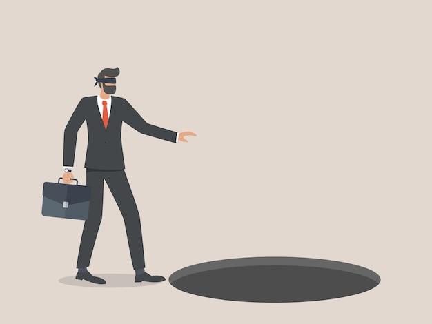 El empresario con una venda en los ojos entra en un agujero o trampa