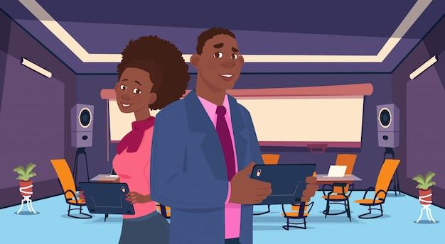 Empresarios afro en sala de reuniones