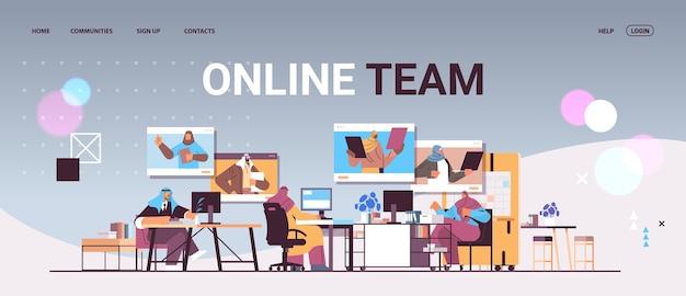 Empresarios árabes discutiendo con colegas en las ventanas del navegador web durante la conferencia virtual de videollamadas