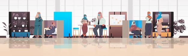 Empresarios árabes trabajando y hablando juntos en el concepto de trabajo en equipo de reunión de negocios del centro de coworking