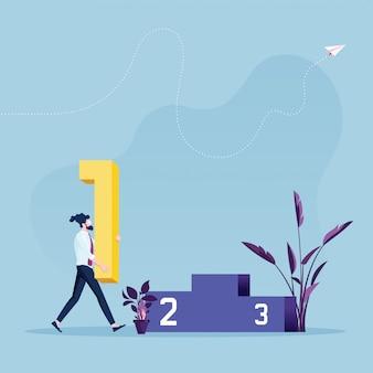 Empresarios caminando hacia el podio y sosteniendo la señal número uno para ganar
