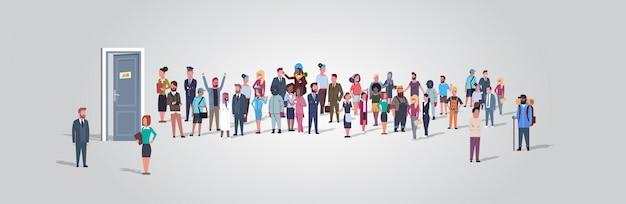 Empresarios candidatos de pie en línea de cola a puerta de la oficina de contratación de empleo concepto de empleo diferente ocupación grupo de trabajadores esperando entrevista horizontal de longitud completa