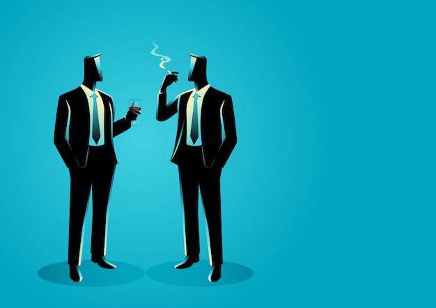 Empresarios casualmente hablando unos con otros