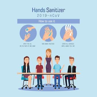 Empresarios en desinfectante de escritorio y manos