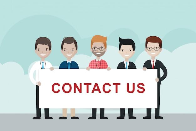 Empresarios de dibujos animados con cartel de contacto
