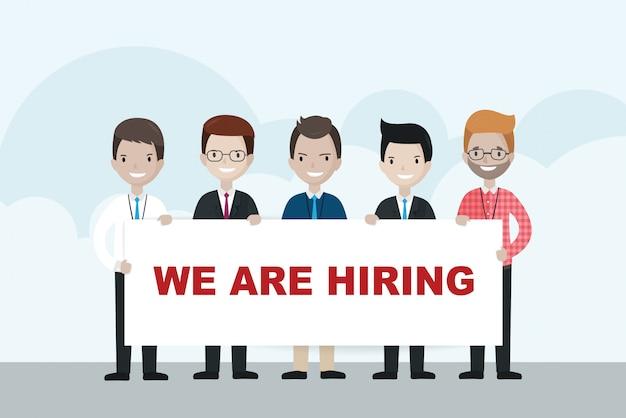 Empresarios de dibujos animados con cartel de que estamos contratando