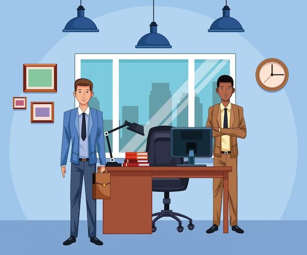 Empresarios de dibujos animados en el escritorio de oficina