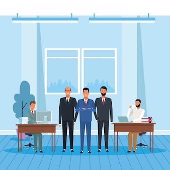 Empresarios de dibujos animados en la oficina