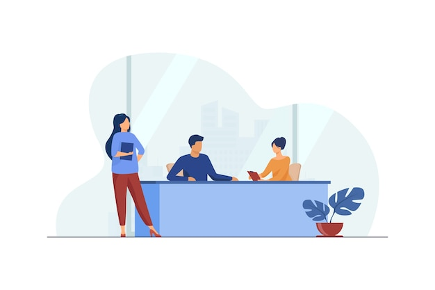 Empresarios discutiendo el proyecto en la oficina. trabajo, reunión, asistente de ilustración vectorial plana. negocios y administración