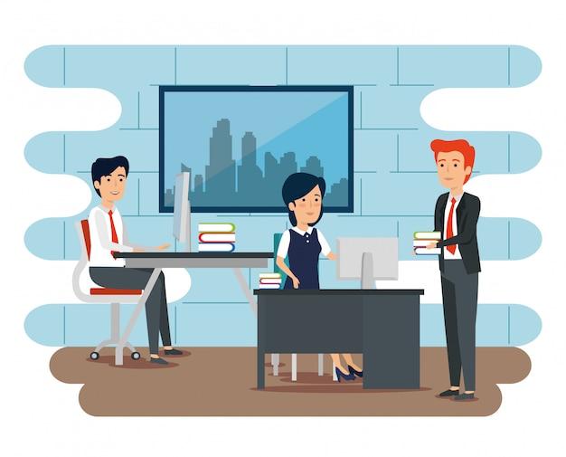 Empresarios y empresaria trabajando en la oficina