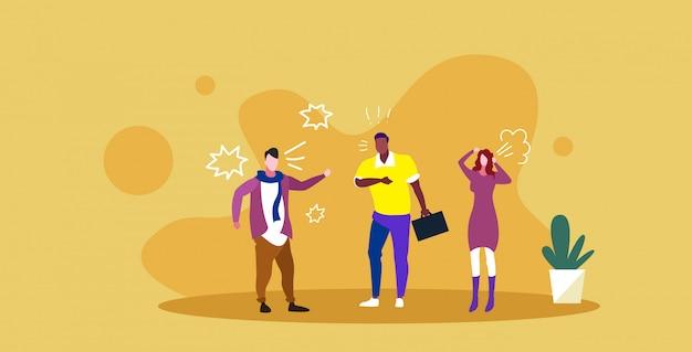 Empresarios enojados discutiendo colegas de raza mixta gritando el uno al otro conflicto empresarial pelea concepto furioso trabajadores de oficina bosquejo integral ilustración horizontal