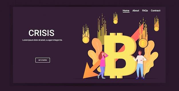 Empresarios estresados frustrados por la caída del precio colapso de bitcoin de la moneda criptográfica cayendo flecha crisis financiera riesgo de inversión en quiebra