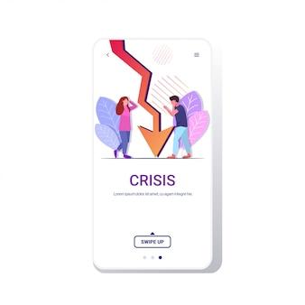 Empresarios frustrados por el gráfico a la baja flecha económica cayendo crisis financiera en bancarrota concepto de riesgo de inversión espacio completo copia espacio pantalla del teléfono aplicación móvil