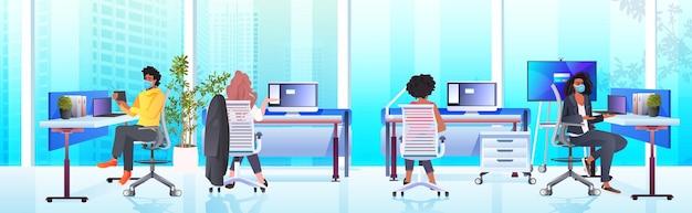 Empresarios con máscaras trabajando y hablando juntos en el centro de coworking concepto de trabajo en equipo de la pandemia de coronavirus interior de la oficina moderna horizontal de longitud completa