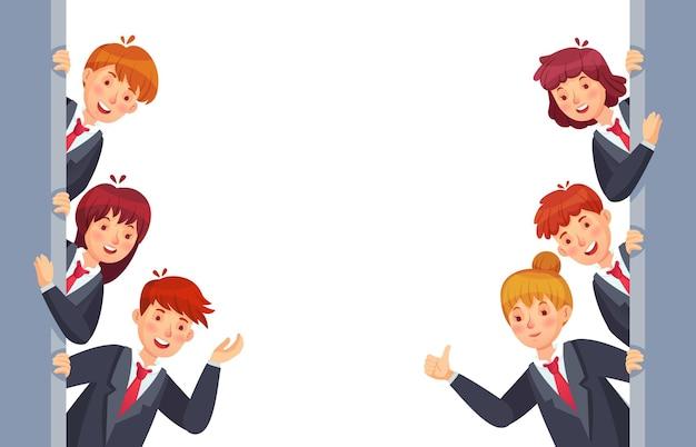 Los empresarios miran desde ambos lados. trabajadores de oficina jóvenes con ropa formal asomando por la pared, mostrando el pulgar hacia arriba. mujer y hombre sorprendidos en trajes y corbatas ilustración vectorial