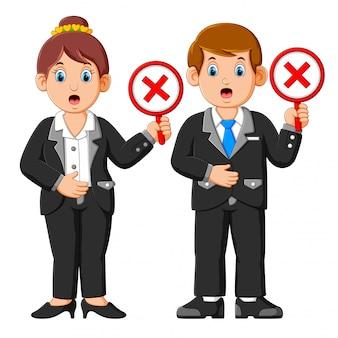 Empresarios mostrando rechazar carteles de signo de marca cruzada