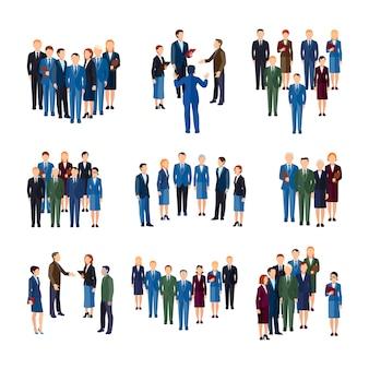 Empresarios y mujeres profesionales vestidos formalmente trabajando en grupos de personas de oficina