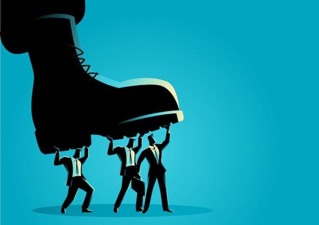 Empresarios pisoteados por botas militares