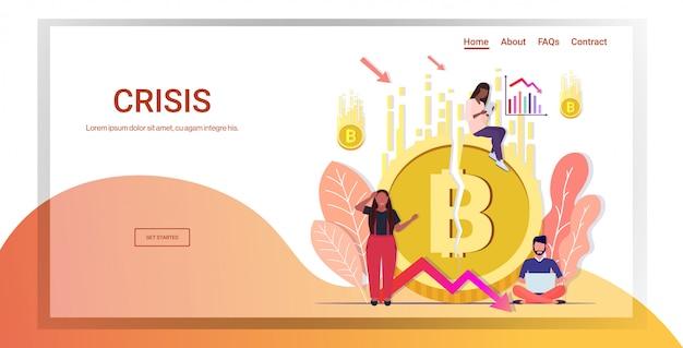 Empresarios de raza mixta frustrados por la caída del precio colapso de bitcoin de la moneda criptográfica cayendo flecha flecha crisis financiera riesgo de inversión en quiebra