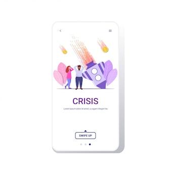 Empresarios tristes de pie cerca de la caída del cohete fallido proyecto de falla crisis financiera bancarrota caída del negocio