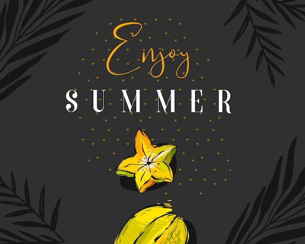 Encabezado creativo abstracto dibujado a mano durante el verano con carambola de frutas tropicales, hojas de palmeras exóticas y cita moderna de caligrafía disfrute del verano con textura de lunares sobre fondo negro.