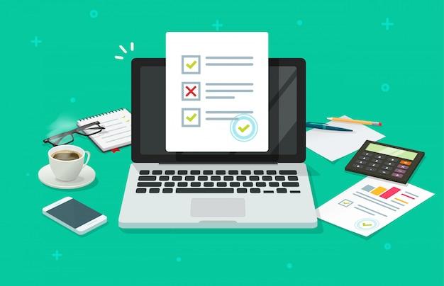 Encuesta de formulario en línea en computadora portátil y mesa de trabajo
