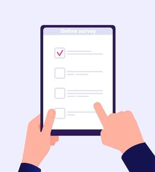 Encuesta online. mano de lista de topografía de internet que sostiene el formulario de prueba web de tableta. vector de aplicación de votación de clientes de cuestionario móvil