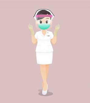 Enfermera con careta en uniforme blanco y guantes médicos