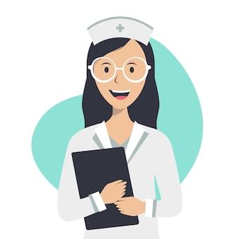 La enfermera tiene un historial médico y sonríe sobre un fondo blanco.