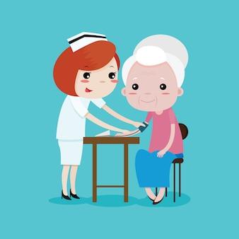 Las enfermeras están midiendo la presión arterial a una anciana.
