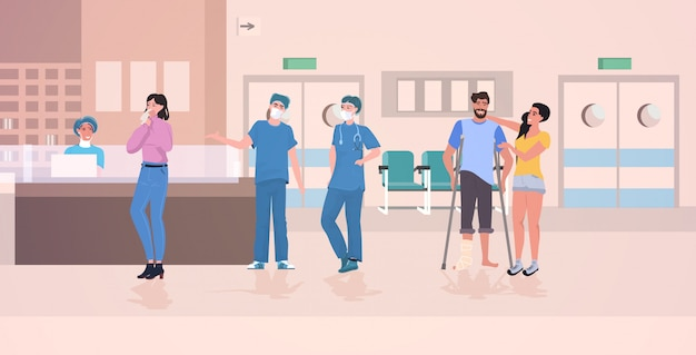 Enfermeras y pacientes ocupados en la recepción del hospital.