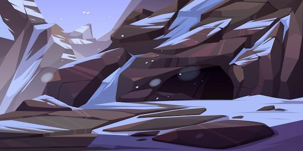 Entrada a cueva en montaña con hielo y nieve en rocas alrededor. gruta, túnel subterráneo oculto o caverna, paisaje natural de invierno