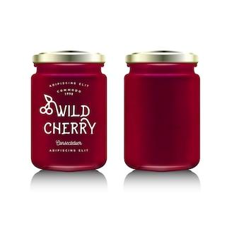 Envases de botellas de vidrio realistas para el diseño de mermeladas de frutas. mermelada de cerezas silvestres con etiqueta de diseño