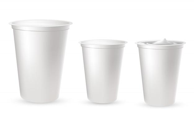 Envases de plástico realistas para yogurt.