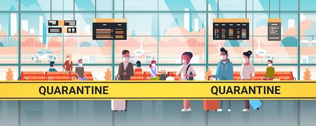 Epidemia mers-cov cinta naranja con inscripción de cuarentena en la terminal del aeropuerto con pasajeros de raza mixta infección por coronavirus wuhan 2019-ncov pandemia concepto de riesgo para la salud horizontal