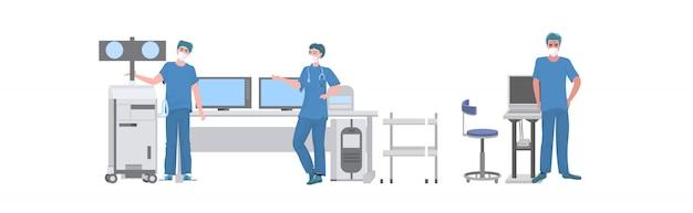 Equipo de cirujanos preparándose para operación quirúrgica en quirófano