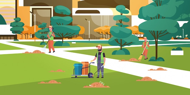 Equipo de conserjes recolectando basura a limpiadores de basura usando el servicio de limpieza de estantes y escobas
