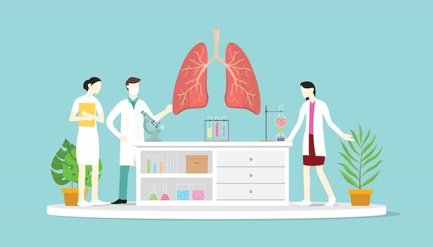 Equipo de doctores debaten y enseñan anatomía del pulmón humano.